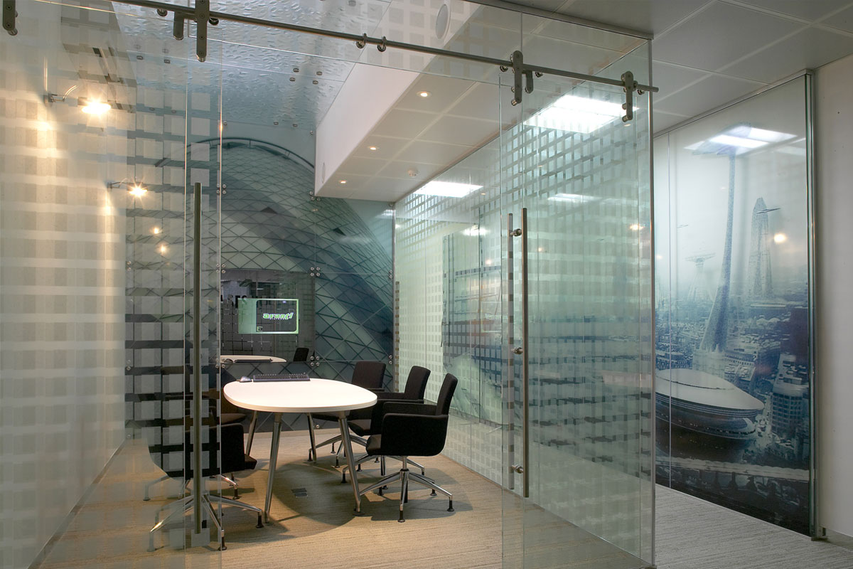 Single glazed frameless glass partitions walls avanti for Glass walls and doors
