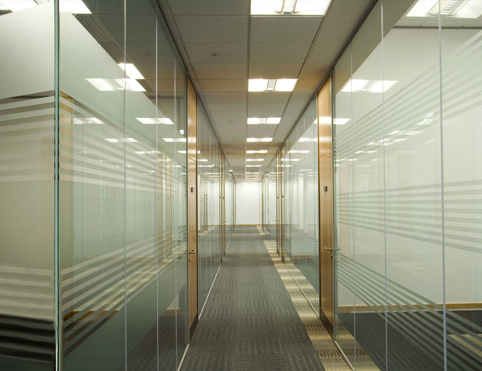 Single glazed frameless glass partitions walls avanti for Glass walls