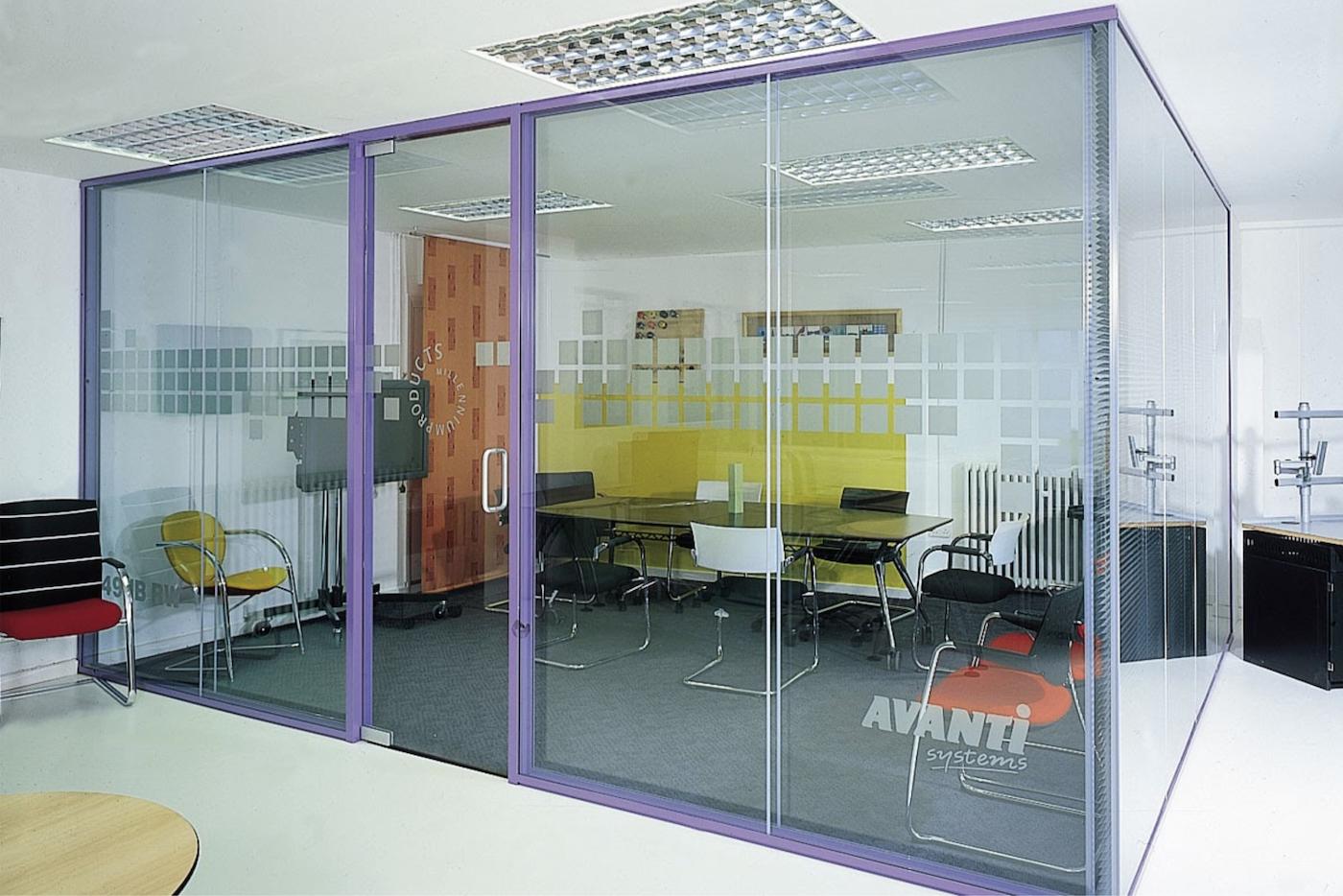 Pivot frameless swing door